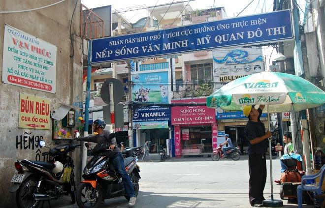 Những người lao động bình dân giữa Sài Gòn sẵn sàng giúp đỡ những hoàn cảnh ngặt nghèo. Họ làm việc mà không đòi hỏi được ghi nhận, coi đó như niềm vui và trách nhiệm. Ông Phúc kể, hẻm 96 ban đầu có tên là Hẻm Ông Tiên, chật và bề ngang khoảng một mét, sau này bà con hai bên hiến 2 mét nữa, hẻm cơ giới thành 3 mét cho phương tiện lưu thông. Nhiều người đi ngang con hẻm, ghé lại chỗ tủ thuốc đóng góp chút tiền để duy trì những dịch vụ miễn phí giúp người nghèo.