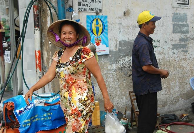 """Con hẻm nhỏ rộn rã tiếng cười, mọi người sống thân thiện vì cùng chia sẻ tinh thần tương trợ """"lá lành đùm lá rách"""". Hàng tháng, vào dịp rằm và mồng một, bà con trong hẻm gom tiền tổ chức nấu cơm chay phát miễn phí cho người lao động nghèo, người khuyết tật. Bà Nguyễn Thị Mai nói thêm: """"Trong hẻm ai có quần áo cũ, đồ đạc cũ cũng quyên góp đi tặng cho người đang cần"""". Những hành động thiện nguyện thiết thực được lan tỏa khắp con hẻm nhỏ."""