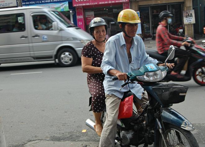 """Việc làm của một người đã truyền cảm hứng cho bà con trong hẻm. Ông Nguyễn Văn Phúc chạy xe ôm ở hẻm 96 hơn 32 năm nay, chở miễn phí cho không biết bao nhiêu người có hoàn cảnh khó khăn. Ông bảo, người khuyết tật, người già thấy thương lắm, mình chở giùm người ta đi công chuyện. Chẳng riêng ông Phúc mà nhiều người xe ôm trong hẻm sẵn sàng chở người già trong hẻm di chuyển trong thành phố cả ngày mưa, ngày nắng. Ông Phúc cười hiền: """"Nhằm nhò gì, một cuốc xe có đáng bao nhiêu đâu mà mình tính, giúp được họ tui thấy vui"""". Có hôm những người già đi xe ôm về cứ nằng nặc nhét túi ông 5.000-10.000 đồng """"để chú bù tiền xăng"""", ông mới nhận cho mọi người vui."""