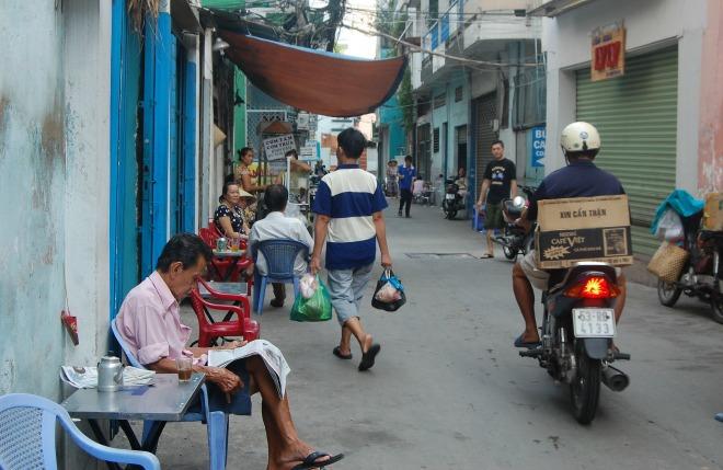 Con hẻm 96 trên đường Phan Đình Phùng, phường 2, quận Phú Nhuận, TP HCM, được người dân khu vực gọi tên là hẻm Tiên hoặc hẻm Ông Tiên. Đời sống thường nhật của người Sài Gòn gắn với những con hẻm, đầu hẻm thường có mấy chú chạy xe ôm, tiệm bánh mì, bánh cuốn và mấy quán nước, tạo thành nét đặc trưng khó lẫn. Riêng ở hẻm 96, nơi mọi người dân chung tay tạo nên những dịch vụ miễn phí cho người nghèo, thì tinh thần cộng đồng trong hẻm càng gắn bó và nổi bật.