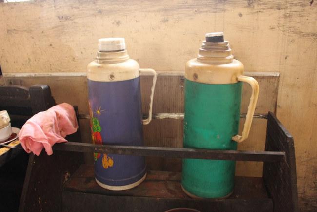 Quán không sử dụng ấm điện nấu nước mà sử dụng ấm nhôm, sau đó giữ nước nóng trong 2 chiếc bình thủy như ngày xưa ông bà ta vẫn làm