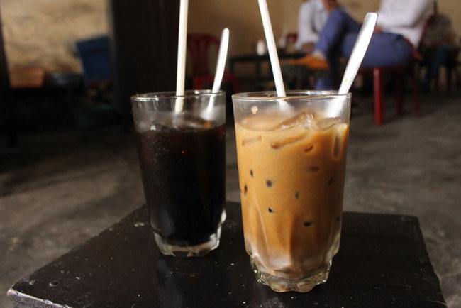 Cà phê của quán chỉ đơn giản là loại cà phê được bà chủ pha sẵn rồi để trong một cái lọ sứ nhỏ, để dành pha ra ly cho khách