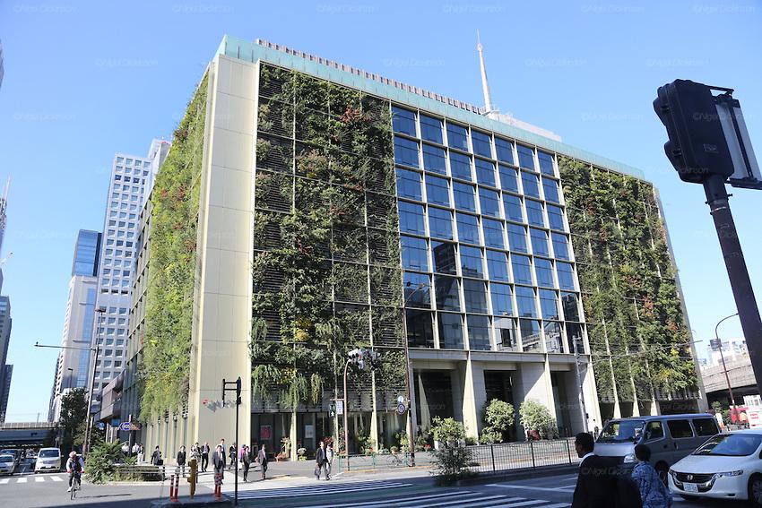 - Tại Tokyo (Nhật Bản) người đi đường không khỏi choáng ngợp trước tòa nhà 9 tầng Pasona với toàn bộ ban công được bao phủ bởi các loại cây xanh và hoa rực rỡ.