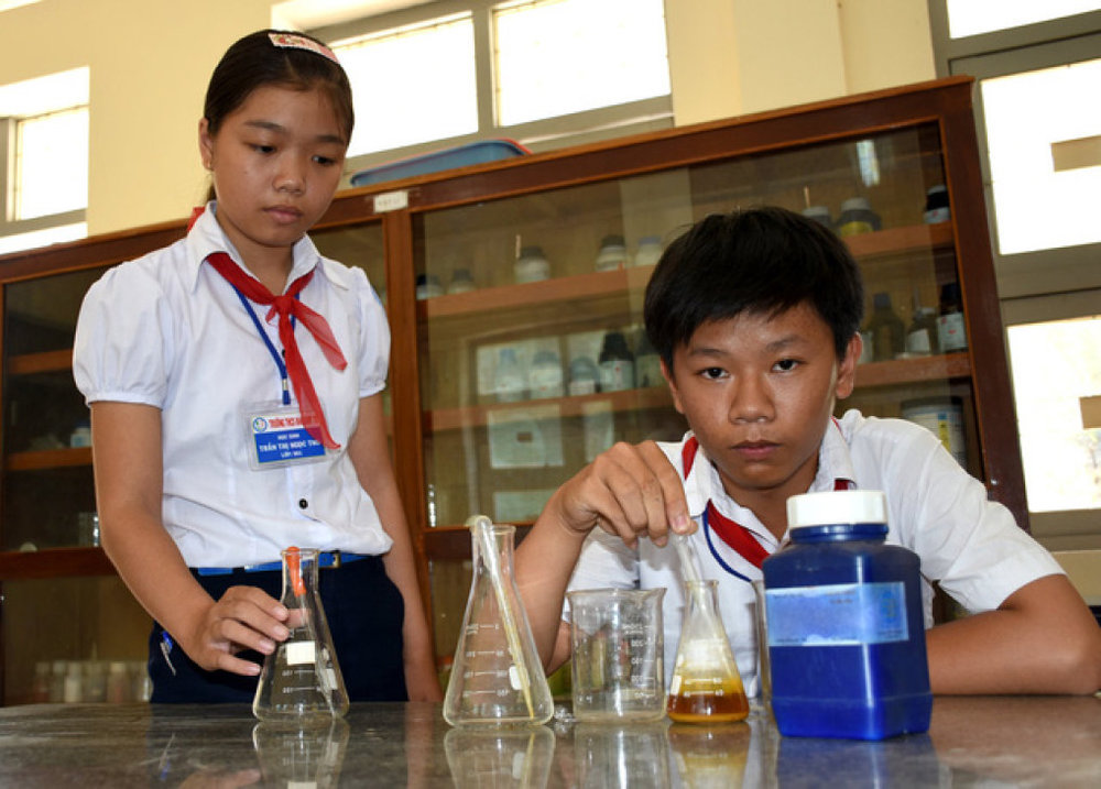 Hai em Võ Khôi Nam, Trần Thị Ngọc Thu trong phòng thí nghiệm của trường - Ảnh: DUY THANH