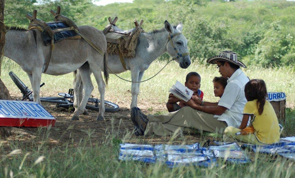 - Ởmỗi ngôi làng lại có khoảng 40 đến 50 đứa trẻ ngóng chờ được giúp đỡ với bài tập về nhà, cũng như nghe và đọc những câu chuyện phiêu lưu và các bài học địa lí mà Soriano đã chuẩn bị.