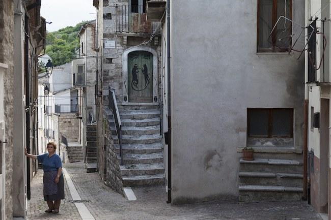 - Làng Civitacampomarano ở vùng Molise nước Ý có 400 công dân trên giấy tờ, nhưng thực tế số người sống ở làng còn ít hơn.