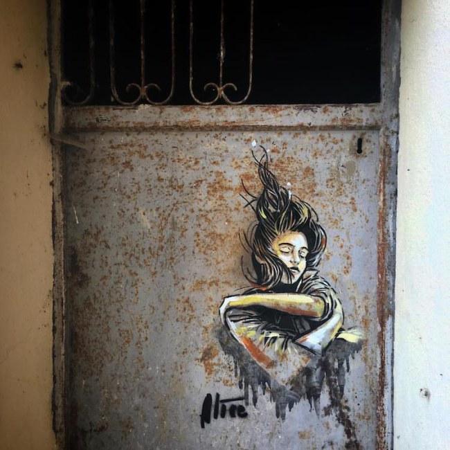 Một trong những cánh cửa cũ ở những khu vực đã bị bỏ trống được Alice Pasquini trang trí ở làng Civitacampomarano.
