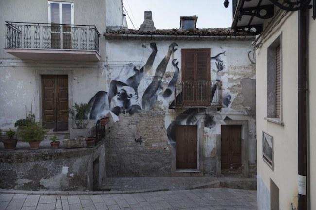 'Kiên cường' là tác phẩm của nghệ sĩ Francisco Bosoletti tôn vinh sức mạnh của những người còn ở lại làng. Nghệ sĩ này đang thực hiện dự án nghệ thuật với các hình ảnh khẳng định và phủ định.