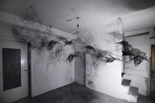 - Bên cạnh các bức tranh tường, lễ hội nghệ thuật đường phố cũng bao gồm các tác phẩm nghệ thuật sắp đặt, chẳng hạn như nghệ thuật dây của Maria Pia Picozza.