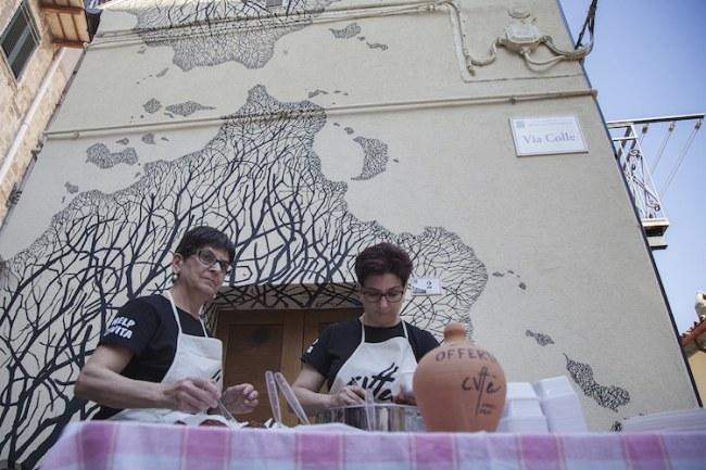 Phụ nữ trong làng nấu các món ăn truyền thống trong một sự kiện ẩm thực đường phố vào tháng 6.