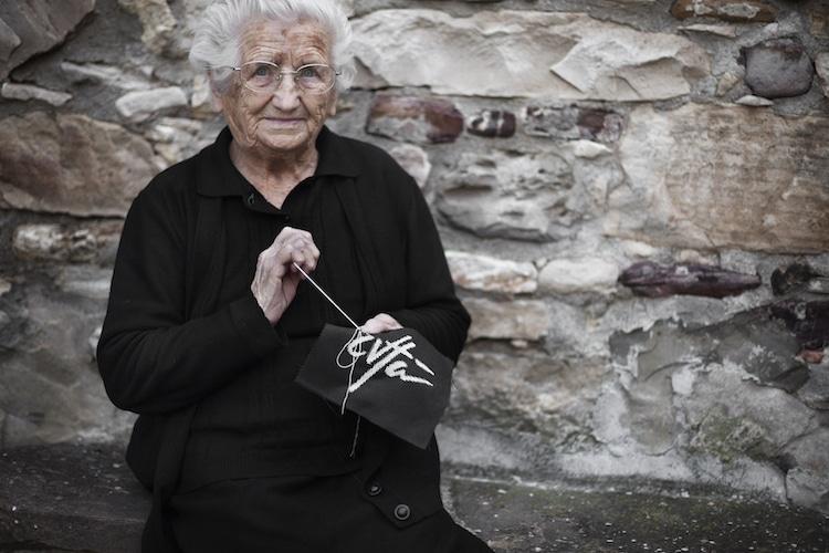 Cụ bà Zia Rosaria 91 tuổi tiếp tục sống trong ngôi làng 'bị bỏ rơi' Civitacampomarano