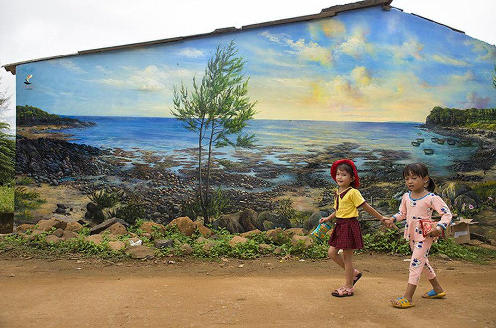 Ngõ bắt đầu vào làng Bích họa với bức tranh vẽ trên tường nhà là cảnh biển Gành Yến - Ảnh: LÊ HỒNG LINH