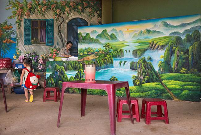 Các hoạ sĩ trang trí cho quán cháo điểm tâm của chị Nguyễn Thị Quỳnh Như - Ảnh: LÊ HỒNG LINH