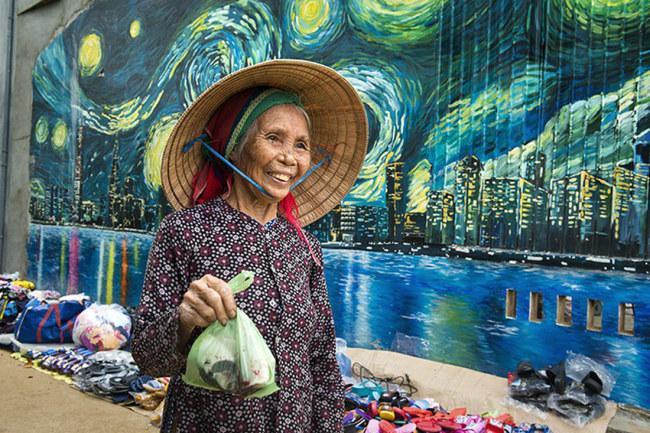 Một phụ nữ địa phương đi chợ ngang qua phố thị - Ảnh: LÊ HỒNG LINH