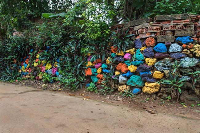 Trang trí màu sắc cho đá dọc theo lối đi - Ảnh: LÊ HỒNG LINH