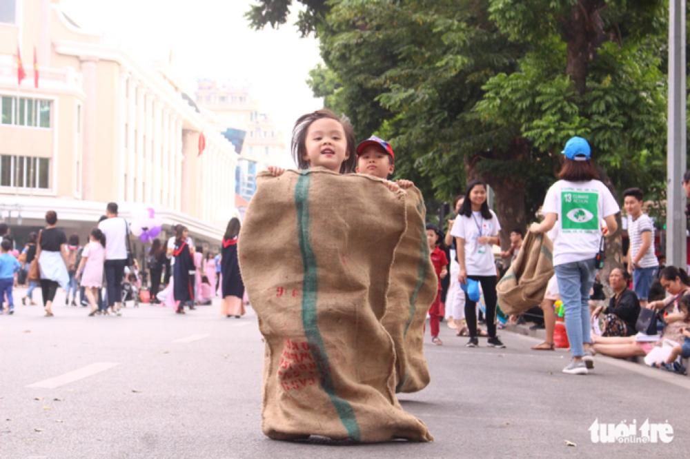 Trẻ em hào hứng tham gia nhảy bao bố - ẢNH: HÀ THANH