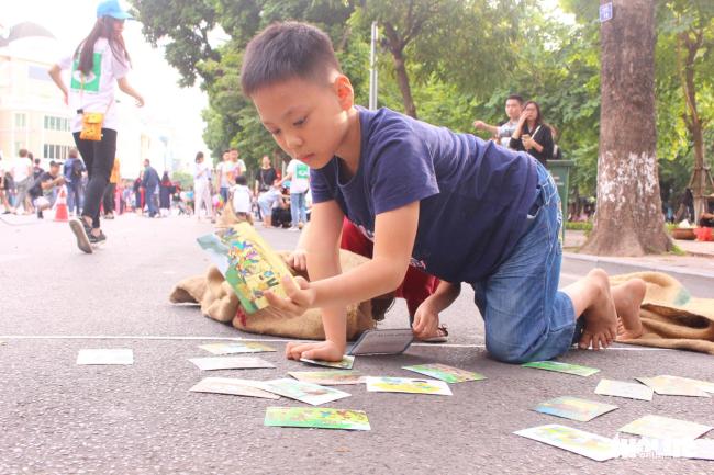 Mỗi chặng nhảy bao bố sẽ có các tấm ảnh về các thảm họa, trẻ em rất hào hứng với các kiến thức được truyền tải một cách sinh động thông qua các hình ảnh minh họa ngộ nghĩnh - ẢNH: HÀ THANH