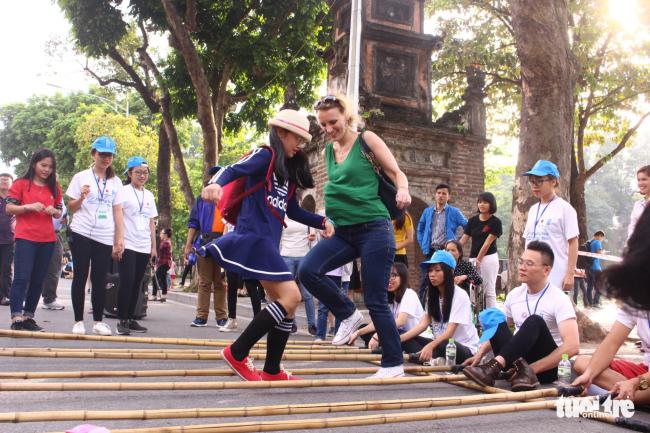 Trò chơi nhảy sạp thu hút cả du khách nước ngoài - ẢNH: HÀ THANH