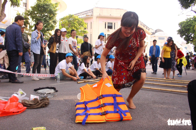 Vượt qua thử thách nhảy sạp, họ lấy các vật dụng cần thiết như áo phao, nước uống, lương thực, quần áo khi có thiên tai xảy ra - ẢNH: HÀ THANH