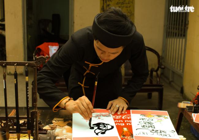 """Ông Đồ xuất hiện trong """"Nắng Sài Gòn"""" viết thư pháp tặng người hiến máu - Ảnh: MAI PHƯƠNG"""