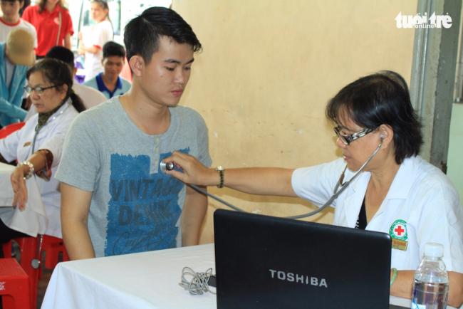 Bác sĩ kiểm tra sức khỏe của các tình nguyện viên tham gia hiến máu - Ảnh: MAI PHƯƠNG