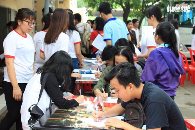 Từ sáng sớm đã có đông bạn trẻ đến đăng ký hiến máu - Ảnh: MAI PHƯƠNG