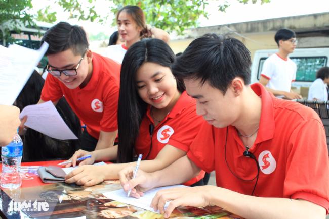 Tình nguyện viên CLB Hành Trình Đỏ TP.HCM - Ảnh: MAI PHƯƠNG