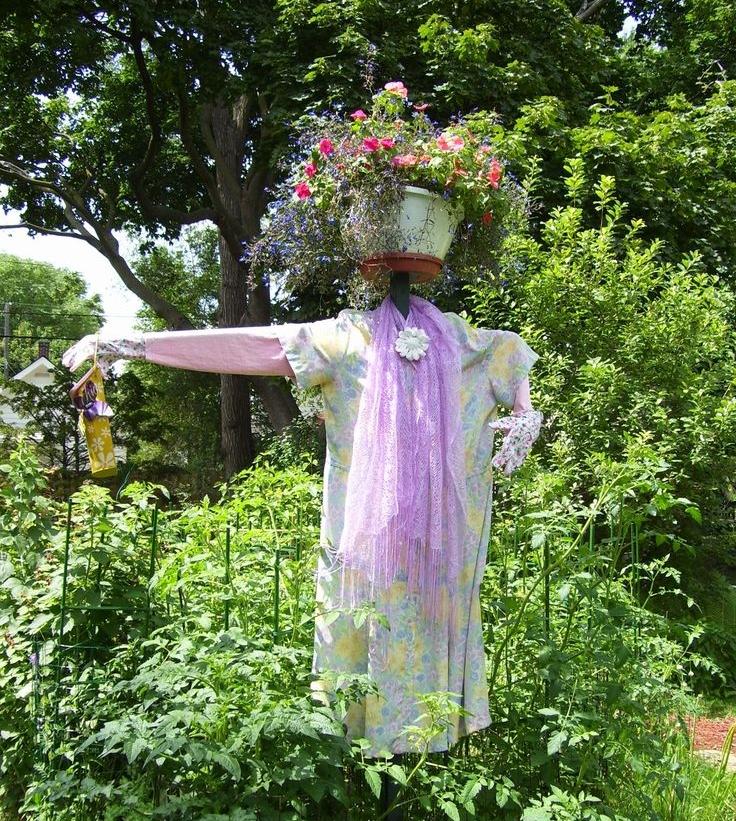 Khu vườn rất đẹp cho đến khi có cô bù nhìn này.