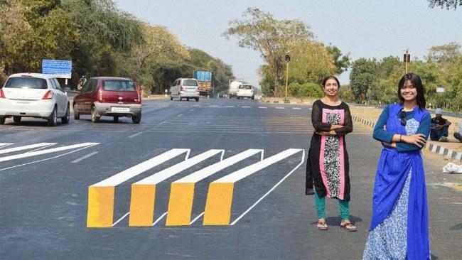 Ảnh: Một vạch qua đường tạo ảo giác tại Ấn Độ, 'đánh lừa' các tài xế và cũng như một lời nhắc nhở họ đi chậm lại ở đoạn đường nguy hiểm sắp tới. Nguồn: fastcompany.com