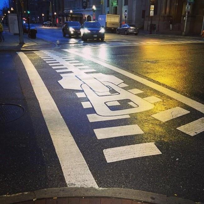 Ảnh: Khóa đường lại nào – một tác phẩm tại Baltimore. Đi qua một vạch kẻ đường thú vị như thế này, hẳn không ai 'nỡ' giữ một bộ mặt cau có hay căng thẳng thường ngày nữa. Nguồn: kuow.org