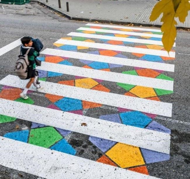 Ảnh: Một trong chuỗi vạch qua đường sơn màu sặc sỡ, tươi mát tại thành phố Madrid, Tây Ban Nha. Nguồn: boredpanda.com