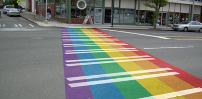 Ảnh: Vạch qua đường màu sắc cầu vồng để ủng hộ cuộc tuần hành vì người đồng tính tại Tel Aviv, Israel tháng 6 năm 2016. Nguồn: theguardian.com