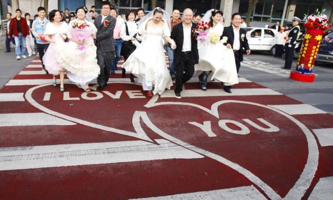 Ảnh: Một vạch qua đường hoàn thành ngày lễ tình nhân năm 2009 dành cho các cặp đôi tại Chengdu, Trung Quốc. Nguồn: theguardian.com