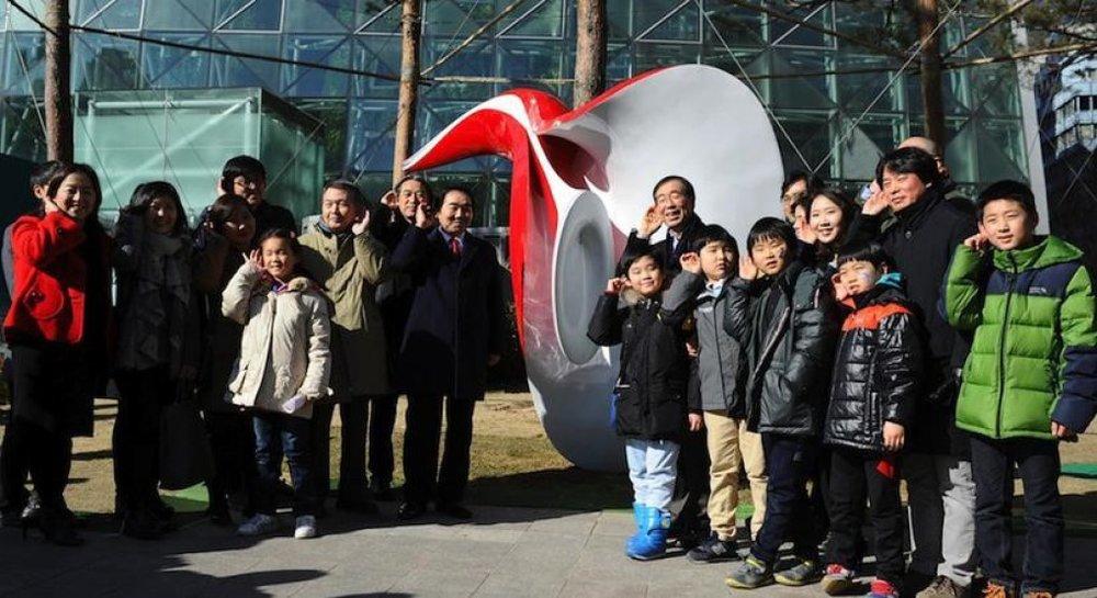 Ảnh: Thị trưởng Park (đứng trước bức tượng) và các công dân Seoul đang lắng nghe 'tiếng gọi' thành phố chia sẻ.