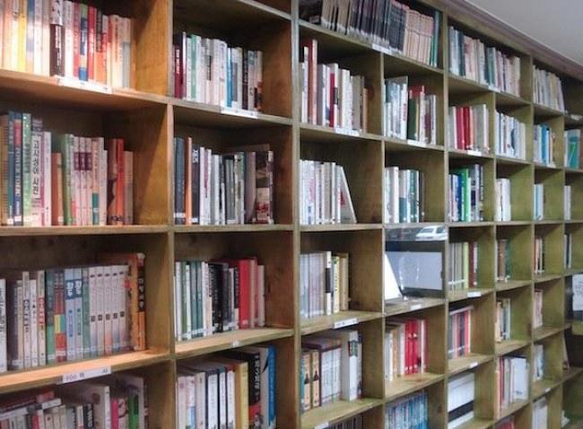 Ảnh: Kệ sách chia sẻ dành cho cộng đồng tại Seoul. Nguồn: shareable.