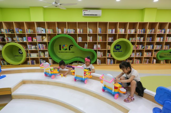 Thư viện được xây dựng trên tổng diện tích 240m2, cung cấp khoảng 2.000 đầu sách, tài liệu đọc bằng tiếng Hàn, tiếng Việt, tiếng Anh dành cho các em thiếu nhi. (Ảnh: Minh Sơn/Vietnam+)