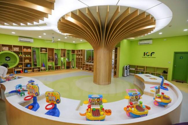 Thư viện được sơn chủ đạo màu xanh lá cây với cảm hứng là Cây ước mơ (Dream Tree) được thiết kế trên nền tảng 2 cột trụ bê tông lớn của tòa nhà nhằm khơi gợi trí tưởng tượng, nuôi dưỡng ước mơ của các em thiếu nhi. (Ảnh: Minh Sơn/Vietnam+)