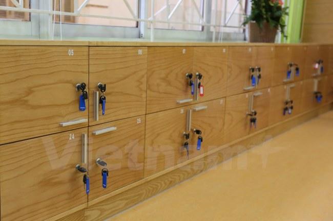 Tủ cá nhân cũng được lắp đặt để các 'khách hàng nhí' có được sự trải nghiệm tốt nhất. (Ảnh: Minh Sơn/Vietnam+)