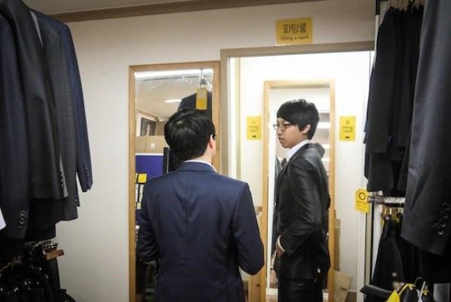 Ảnh: thử đồ tại cửa hàng của OpenCloset, một trong những công ty khởi nghiệp chia sẻ tại Seoul. Nguồn: shareable.net