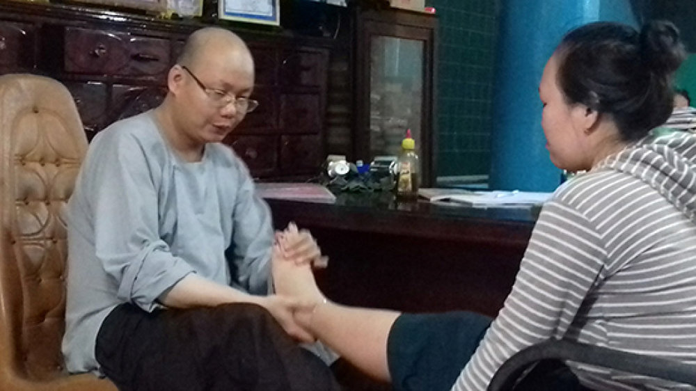Đệ tử của lương y Thích Thanh Sơn đang điều trị cho một bệnh nhân