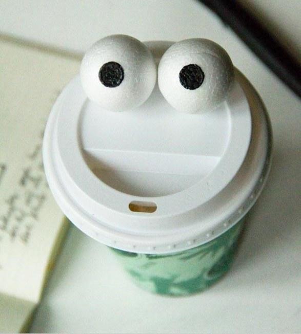 .Ảnh: Mắt giả được lắp thử nghiệm với vài vật dụng trong gia đình. Những khuôn mặt rất linh hoạt và thú vị hiện lên.