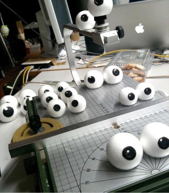 Ảnh: Những đôi mắt giả từ chất liệu xốp và nhựa được Tim Schneider trực tiếp thiết kế rồi đặt hàng sản xuất