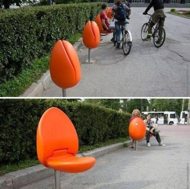 Ảnh: Tác phẩm nghệ thuật trên đường phố Hà Lan - những chiếc ghế hình nụ hoa Tulip. Khi muốn ngồi mọi người có thể mở cánh hoa ra.