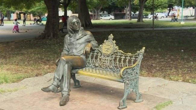 Ảnh: Đừng lo cô đơn. Hãy đến công viên khu Havana (Cuba). John Lenon luôn sẵn sàng ngồi đây đợi cả ngày lẫn đêm để chụp ảnh và tâm sự cùng bạn.