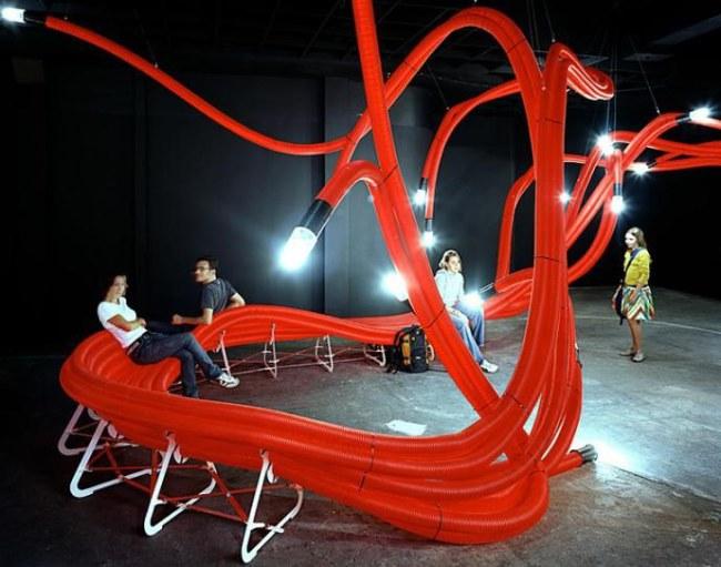 Ảnh: Băng ghế dài kết từ các ống nhựa với các đầu có đèn chiếu sáng nghệ thuật tại Pari (Pháp). Nguồn: designrulz.com