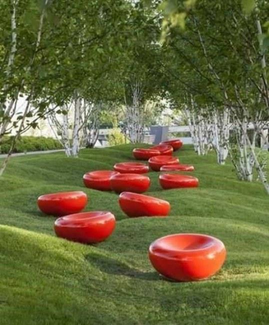 Ảnh: Ghế ngồi đồng thời là những điểm nhấn cho cảnh quan khu vực tại khu triển lãm Vườn quốc tế, thành phố Hamburg (Đức)