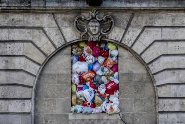 - Với tên gọi The Plastic We Live With, tác phẩm như một lời cảnh báo về số lượng túi ni-lông thải ra trên thế giới đang tăng lên chóng mặt.