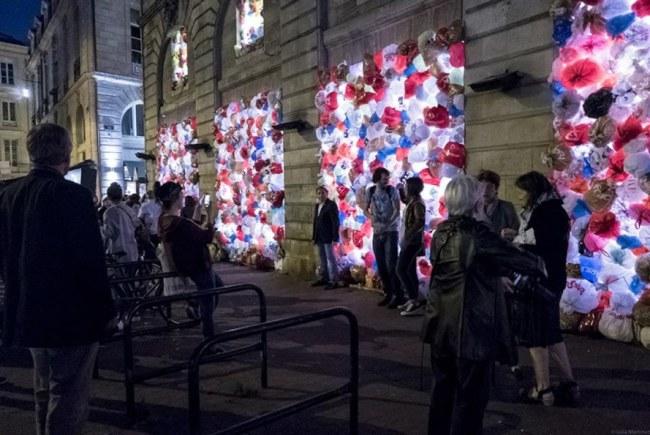 - Những chiếc túi được lấp đầy ở cửa ra vào của tòa nhà và chiếu đèn vào buổi tối.