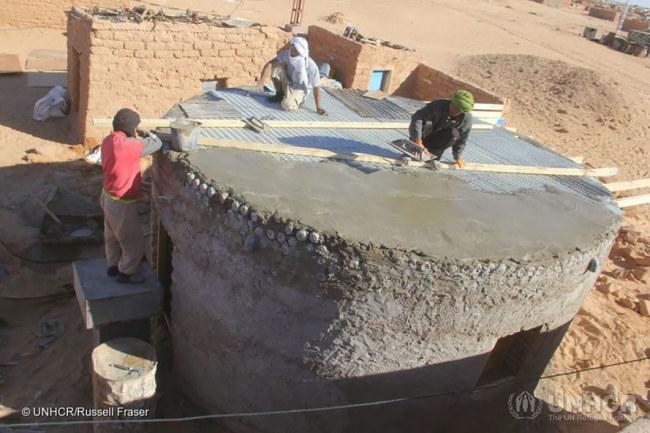 - Bằng việc sử dụng chai nhựa, căn nhà có thể chống chọi với bão cát tốt hơn bê tông, bùn hay lều, bên cạnh khả năng chống nước của nó.
