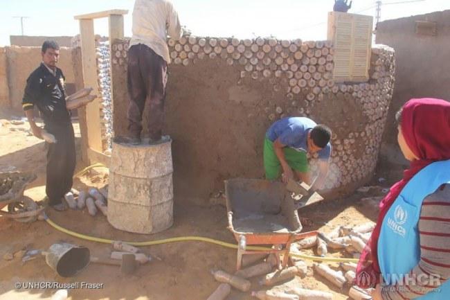 - Kết cấu vòng tròn với tường dày cũng giúp căn nhà thêm vững chắc. Cho đến nay, Breica cùng với UNHCR đã xây được 25 căn nhà cho những người tị nạn khác.
